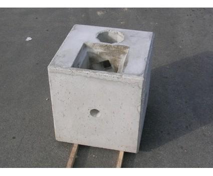 Plinti illuminazione I plinti porta palo di illuminazione sono realizzati in calcestruzzo vibrato,monoblocco con dimensioni 76×76 h.80 verificati per sostenere pali con altezza massima di 8 / 9mt fuori terra.Al foro di inserimento palo dI .21cm è affiancato il pozzetto di allacciamento cavi 30×30.I manufatti sono prodotti in conformità alle norme tecniche D.M